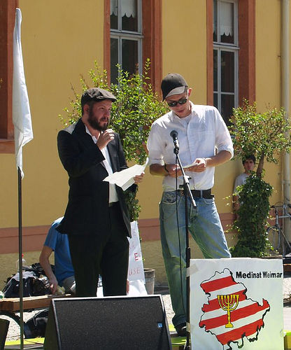 Medinat Weimar secretary R. Eidelman and Deutsche relationship officer S. Schmidt adressing the crowd